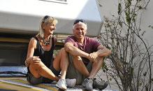 Brigitte und Hans Ueli Kröni mit ihrem motorisierten Häuschen.