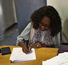 Mrs Hausiku, die Vize-Direktorin von Kavango West, unterzeichnet den Projektvertrag