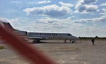 Pius bei der Ankunft auf dem Flugfeld in Rundu