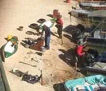 Die Hakusembe Crew bei Servicearbeiten an ihren Booten