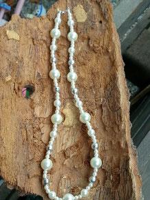 Perlen Halskette mit cremefarbenen Glanzperlen in verschiedenen Grössen, zartrosa Glanzperlen und Metallperlen