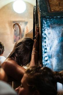 Une gitane prie les mains posées sur les chasses de Sara-la-Kali