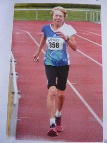 Elfriede Hodapp als älteste Teilnehmerin mit 84 Jahren  beim Zieleinlauf.