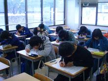 少人数制授業で頑張る中学生