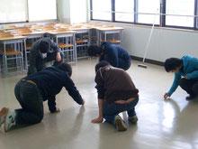 自分たちが使う教室は、自分たちで掃除。 勉強のみならず、人間性も育てます。