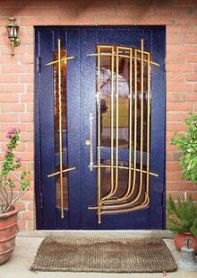 Двухстворчатые двери со стеклом и ковкой.