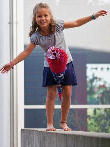 Bild: Mädchen mit Einhörnchen Schultüte von AnfängerGlück vor Schule