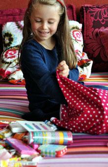 Bild: Mädchen packt AnfängerGlück Stoffschultüte aus