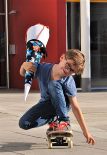 Bild: Junge auf Skateboard mit AnfängerGlück Schultüte