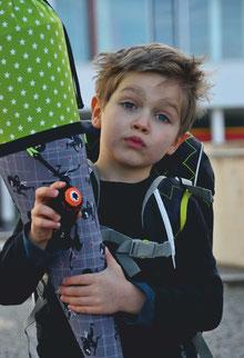 Bild: Junge auf Pausenhof mit Ninja Stoffschultüte von AnfängerGlück