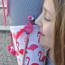 Bild: Mädchen mit AnfängerGlück Stoffschultüte Flamingo