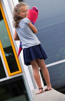 Bild: Mädchen mit Einhörnchen Schultüte von AnfängerGlück blickt über die Schulter