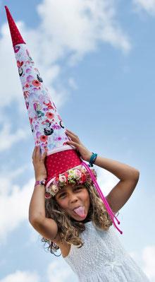 Bild: AnfängerGlück Schultüte auf Kopf von Mädchen