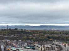 これから行くCaloton Hillと海、スコットランドの山々