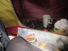 テントの前室を使って調理。燃えないよう注意。靴がドロドロなのがわかるだろうか。