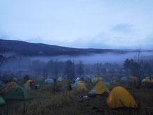 選手のキャンプ地。2日目朝630ごろ。霧が晴れてきた