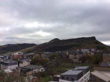 Calton Hillへ。先ほど登った丘が見える。奥にピークがあるではないか。