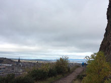 この道は頂上へはいかないよう。一番高いところにきた。あたり1面見渡せる。エディンバラ城が岩盤の上に建っているのがよくわかる。