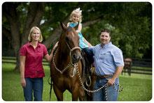 Wir als Familie mit unserem lieblings Holzpferd im Garten, welches man z. B. in unserem Online-Shop kaufen kann.