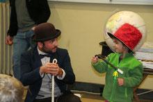 Mr. Magic bei dem berühmten Schlangen-Seiltrick. Die Kinder stehen bei unserer Kinderanimation immer im Mittelpunkt.
