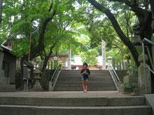 森の中の子供と戸ノ神社