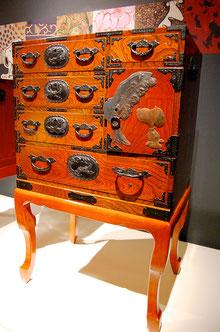 飾り金具でスヌーピーを表現した仙台箪笥