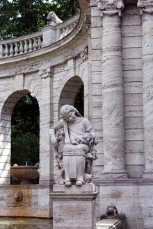 Statue aus Stein: Dornröschen im Schlaf, Märchenbrunnen. Foto: Helga Karl