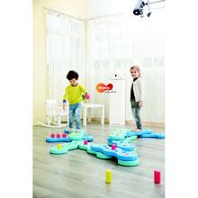 La rivière piégée, rivière d'équilibre enfants à acheter au meilleur prix.  Marque Weplay, 6 éléments de parcours bleu et vert pour les jeux d'équilibre enfants associé à 18 taquets ou corails ou pièges inclus. Matériel enfant à acheter pas cher.