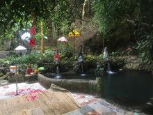 Badebecken an den heißen Quellen