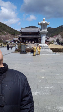 中型の石灯篭と山門