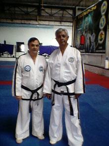 De derecha a izquierda El Gran Maestro Adolfo J Villanueva 9º  Dan ITF - FAT  y  Ricardo Ilvento 6º ITF - FAAT - Curso 04/03/2010 - Tucumán