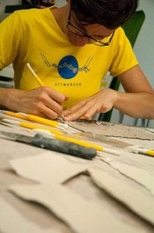 In Porzellanpapier ritzen / skratch into paper porcelain  © Alina Sauter 2014