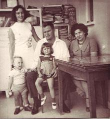 David Bienstein mit Ehefrau Hanna u. den Kindern Amnon u. Dafna, außen rechts Frieda Bienstein
