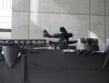 大和の1/10模型のカタパルトに乗っているフロート付き複葉機
