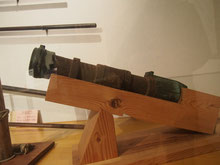 (左)能島村上家の紋章と(右)虎蹲砲(こそんほう)
