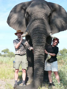 Brigitte & Andreas Combrink mit Elefant Jabu im Okavango Delta in Botswana.