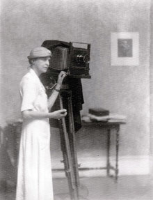 Doris Ulmann with camera (1934) © University of Kentucky Libraries