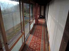 縁側の廊下には、絨毯とカーテンを