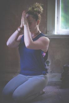 Yoga Meditation Hände am dritten Auge in Anjali Mudra