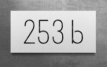 Beleuchtete Hausnummer 253b in reinweiss
