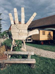 Holzhandwerk/Scheune/Holzwohnwagen/Holzbank/Steinpflaster/lackierte Felgen/Holzfenster/Vogelhaus