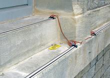 Elektrosysteme / Die Leitungsbahnen sind extrem flach. Aufgrund der gesetzlichen Vorschriften zu baulichen Veränderungen ist dieses System der Vogelabwehr bestens geeignet bei Gebäuden die unter Denkmalschutz stehen.