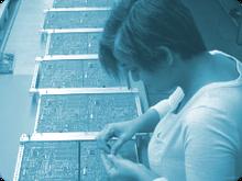 Die modernen Arbeitstische mit Handlötstationen, die regelmäßigen Lötschulungen für die Mitarbeiter und die langjährige Erfahrung der AME GmbH, mit der Löttechnik für Platinen, sorgen für eine konstante Lötqualität.