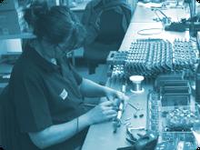 Diese manuelle THT Leiterplattenbestückung mit konventionellen Bauteilen erfolgt durch unsere qualifizierten Mitarbeiterinnen und Mitarbeitern an kurzfristig und leicht anpassbaren Arbeitsplätzen.