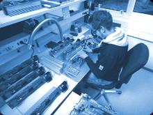 Die manuelle THT Leiterplattenbestückung mit konventionellen Bauteilen werden im Praktikum ausgeführt