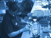 Schüler werden im Praktikum der Elektronikberufe auch in Löttechniken eingewiesen
