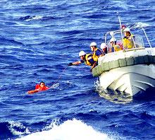 尖閣諸島周辺海域で、沈没した中国漁船の乗員を救助する海上保安庁の職員(第11管区海上保安本部提供)