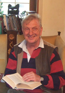 Berndt Milde (muskulöser älterer Mann mit grauen Haaren, Hemd, am Bücherstand)