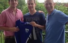 Neuzugang Dominik Eberl (mitte) mit Trainer Oli Hampe und Abl. Martin Breiteneicher