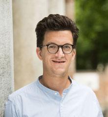 Foto zeigt lächelnden Mann mit Brille und mittellangen Haaren (Wille Felix Zante)